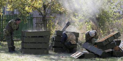 Un miliciano separatista prorruso dispara un mortero cerca del aeropuerto de Donetsk, Ucrania, ayer. EFE