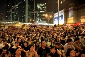 Miles de hongkoneses se congregaron de nuevo hoy en las calles para pedir apertura democrática para la isla en respuesta a la cancelación por parte del Ejecutivo local del diálogo previsto entre las autoridades y los estudiantes en Admiralty, Hong Kong, China, hoy. EFE