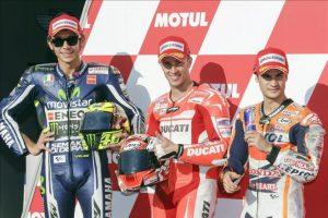 El piloto italiano Andrea Dovizioso (c), junto a su compatriota Valentino Rossi (i), y el español Dani Pedrosa, tras los entrenamientos de hoy en el circuito de Motegi, Japón. EFE