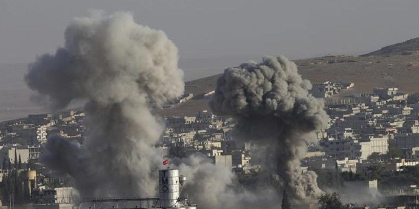 Vista tomada ayer desde Turquía de una columna de humo durante los enfrentamientos armados entre el Estado Islámico (EI) y los combatientes kurdos, que intentan defender la localidad siria de Kobani. EFE