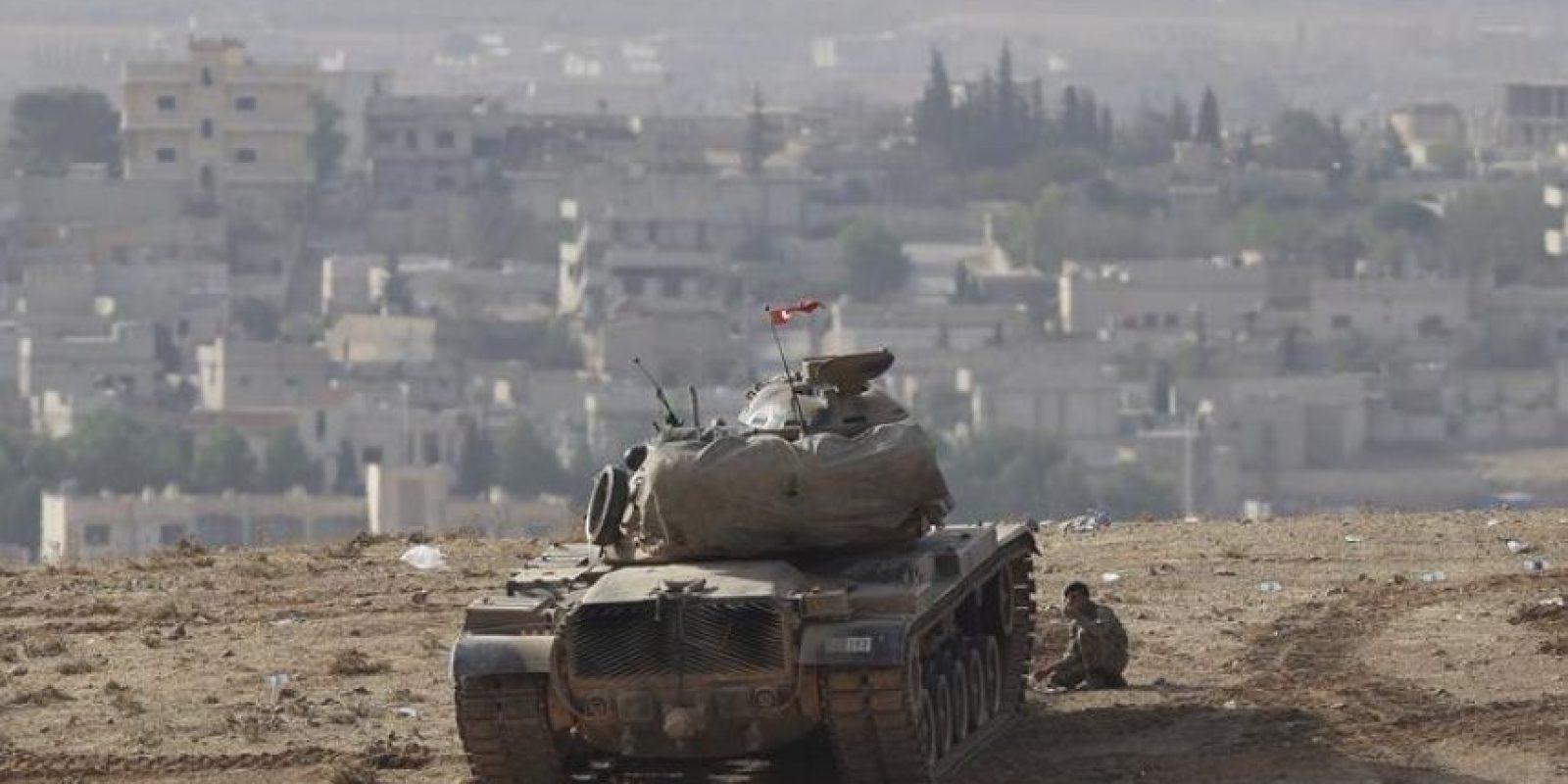 Un tanque turco desplegado en la frontera durante los enfrentamientos armados entre el Estado Islámico (EI) y los combatientes kurdos, que intentan defender la localidad siria de Kobani, ayer cerca del distrito de Suruc, en Sanliurfa (Turquía). EFE