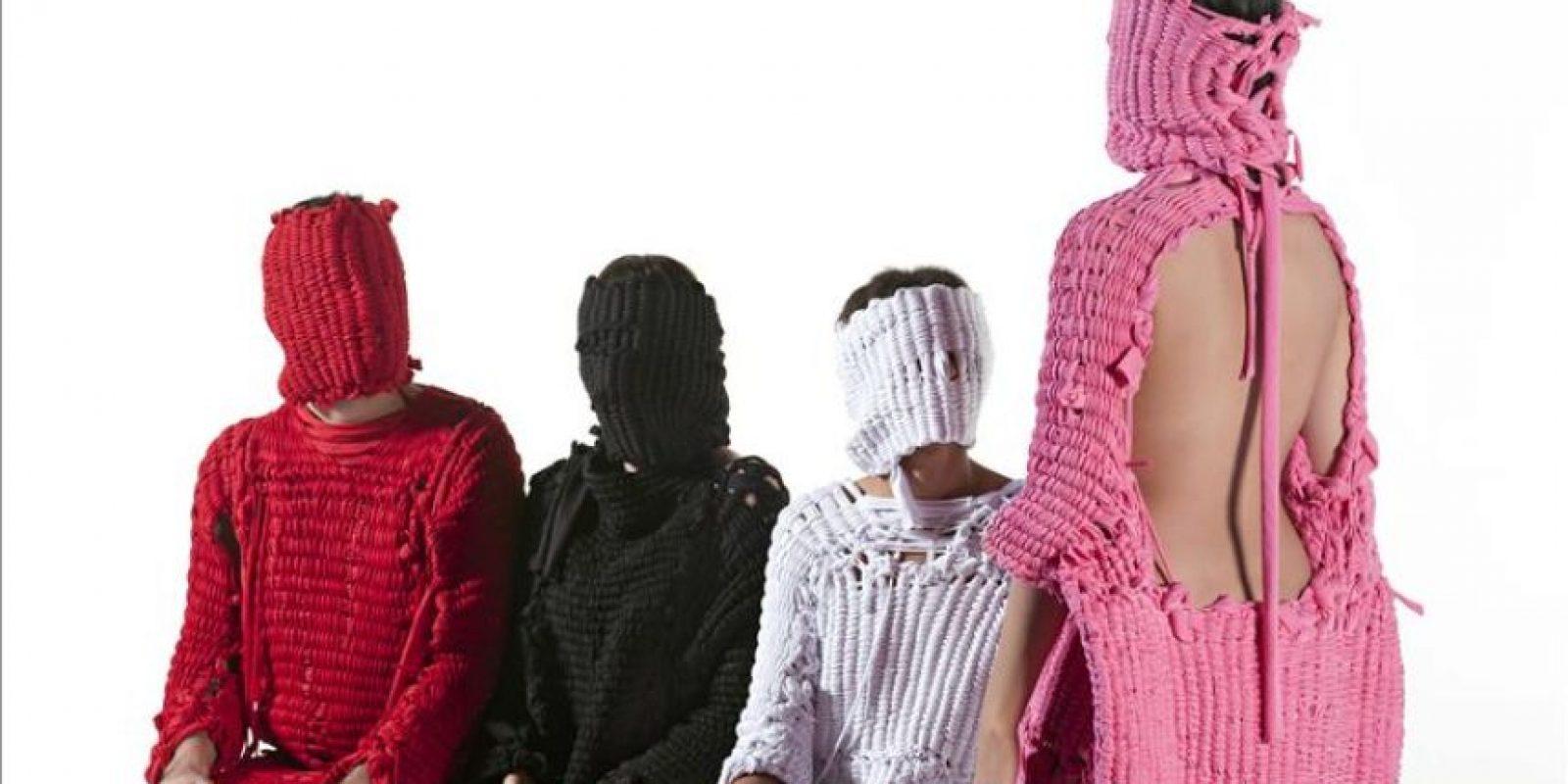 """Fotografía de uso editorial facilitada por el Museo Boijmans Van Beuningen, de la exposición """"Ejercicios en salud"""" de la diseñadora peruana Lucía Cuba, que recoge la experiencia de cuatro personas que se han confrontado a la salud porque han sido diagnosticadas con cáncer, y que forma parte de la muestra """"El futuro de la moda es ahora"""", en la que más de cincuenta diseñadores de 28 países exponen desde hoy sus trabajos con una visión crítica e innovadora que retrata el actual mundo de la moda y el papel que juega en nuestra sociedad. EFE/Tony Robles"""