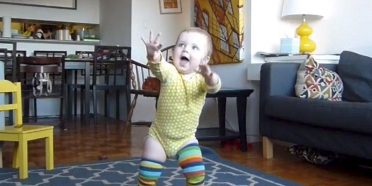 VIDEO: Bebé aprende a caminar en minuto y medio