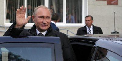 El presidente ruso Vladimir Putin saluda durante su visita esta semana a la escuela de Jóvenes Olímpicos en Cheboksary, capital de la república de Chuvashia, Rusia. EFE