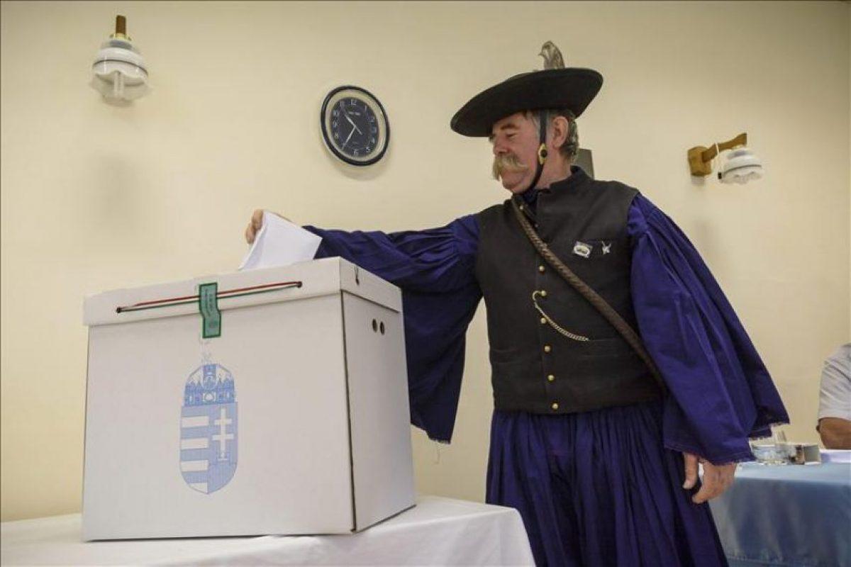 El pastor húngaro Sandor Szabo con su traje tradicional, deposita su voto en una urna durante las elecciones locales que se celebran hoy en Hortobagy, a 183 kilómetros de Budapest. EFE
