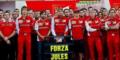 Equipo de Fórmula Uno de la escuderia Ferrari posa hoy para los fotógrafos en Sochi, con un mensaje de apoyo al piloto Jules Bianchi, herido en un accidente la semana pasada. EFE