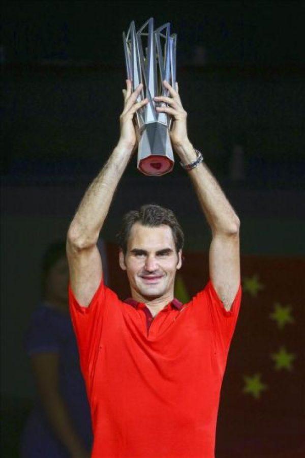 El tenista Roger Federer, tras hacerse con el triunfo hoy en el Masters 1000 de Shanghai. EFE
