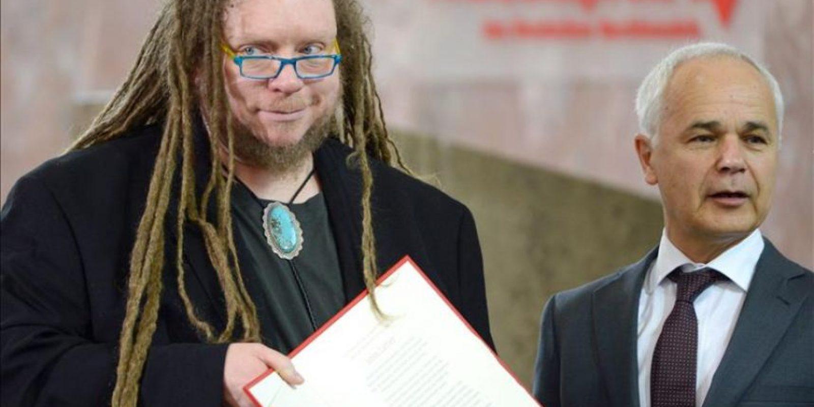El informático, ensayista y músico estadounidense Jaron Lanier (iz) recibe el premio de la Paz de los Libreros alemanes 2014 de manos de Heinrich Riethmueller (d), presidente de esa agrupación durante una ceremonia en Paulskirche (Iglesia de San Paul) en Fráncfort (Alemania). EFE
