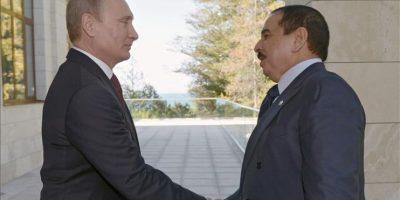 El presidente ruso, Vladimir Putin (iz) y el rey de Baréin, Hamad bin Isa Al-Khalifa (d) hoy durante su encuentro en Sochi (Rusia). EFE/Ría Novosti