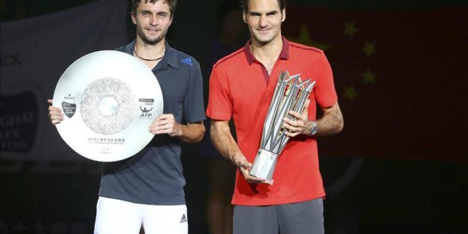 El ganador del Masters 1000 de Shanghai Roger Federer (d), posa con el premio junto al tenista Gilles Simon, segundo clasificado. EFE