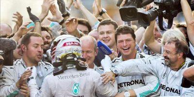 El piloto Lewis Hamilton, tras hacerse con el triunfo, hoy en el circuito de Sochi, Rusia. EFE