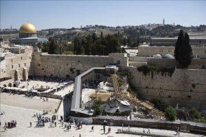 """Vista del puente de madera """"Mughrabi"""", que une la Plaza del Muro de los Lamentos con la Explanada de las Mezquitas de Jerusalén. EFE/Archivo"""
