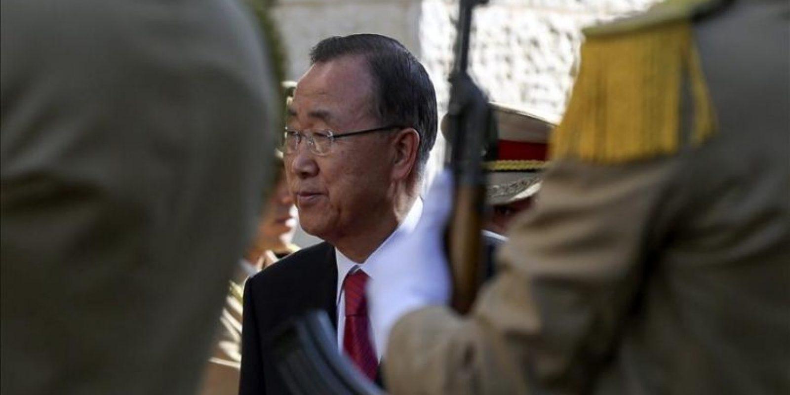 El secretario general de la ONU, Ban Ki-moon (c), pasa revista a la guardia de honor durante la ceremonia de bienvenida a su llegada a Ramala, Cisjordania (Palestina) este lunes. EFE