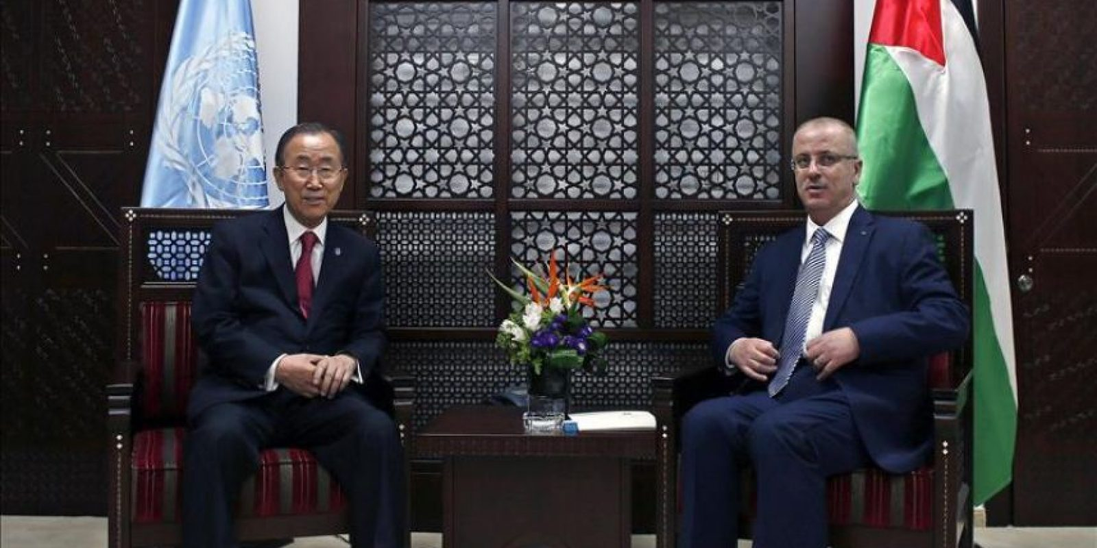 El secretario general de la ONU, Ban Ki-moon (izq), y el primer ministro palestino, Rami Hamdala (dcha), mantienen una reunión en Ramala, Cisjordania (Palestina) este lunes. EFE