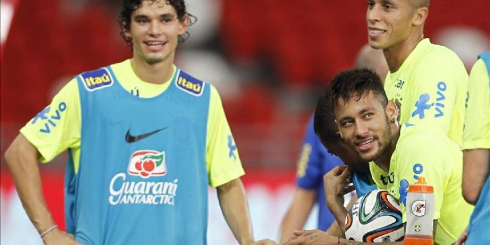 Los jugadores de la selección brasileña de fútbol, (i-d) Dodo, Neymar y Miranda, durante un entrenamiento del equipo celebrado en el Estado Nacional de Singapur, hoy, lunes 13 de octubre de 2014. Brasil se enfrentará a Japón en un partido amistoso el próximo 14 de octubre. EFE