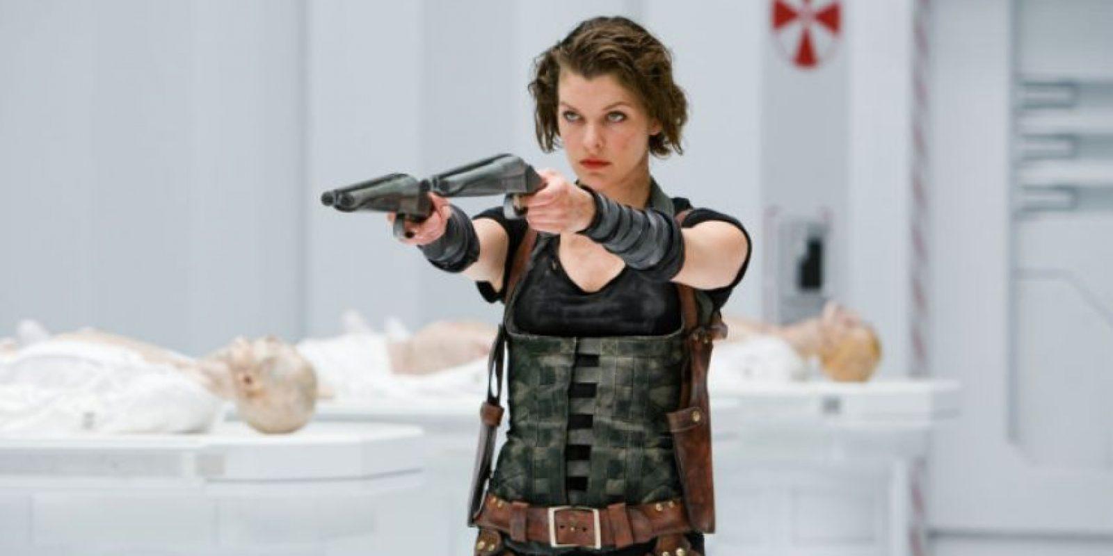 """La segunda entrega de esta saga presenta a """"Alice"""" (Milla Jovovich) como la única persona inmune al """"virus-T"""", una invención de la compañía """"Umbrella"""", que ha convertido a miles de personas en zombis. Foto:Facebook/Resident Evil"""
