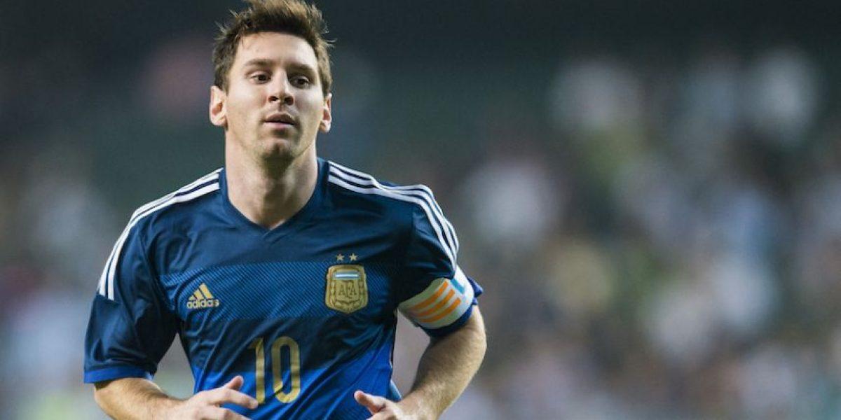 ¡Afortunado! Espontáneo invadió la cancha y se llevó autógrafo de Messi
