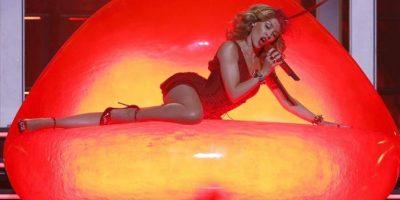 """La cantante australiana Kylie Minogue ayer durante la presentación de su nuevo disco, """"Kiss me once"""", en el concierto ofrecido en el Palacio de los Deportes de Madrid. EFE/Archivo"""