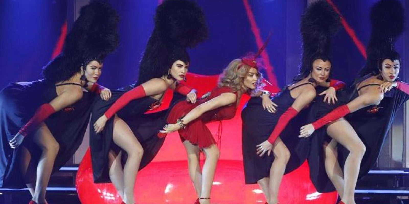 """La cantante australiana Kylie Minogue, ayer, durante la presentación de su nuevo disco, """"Kiss me once"""", en el concierto que ofreció en el Palacio de los Deportes de Madrid. EFE/Archivo"""