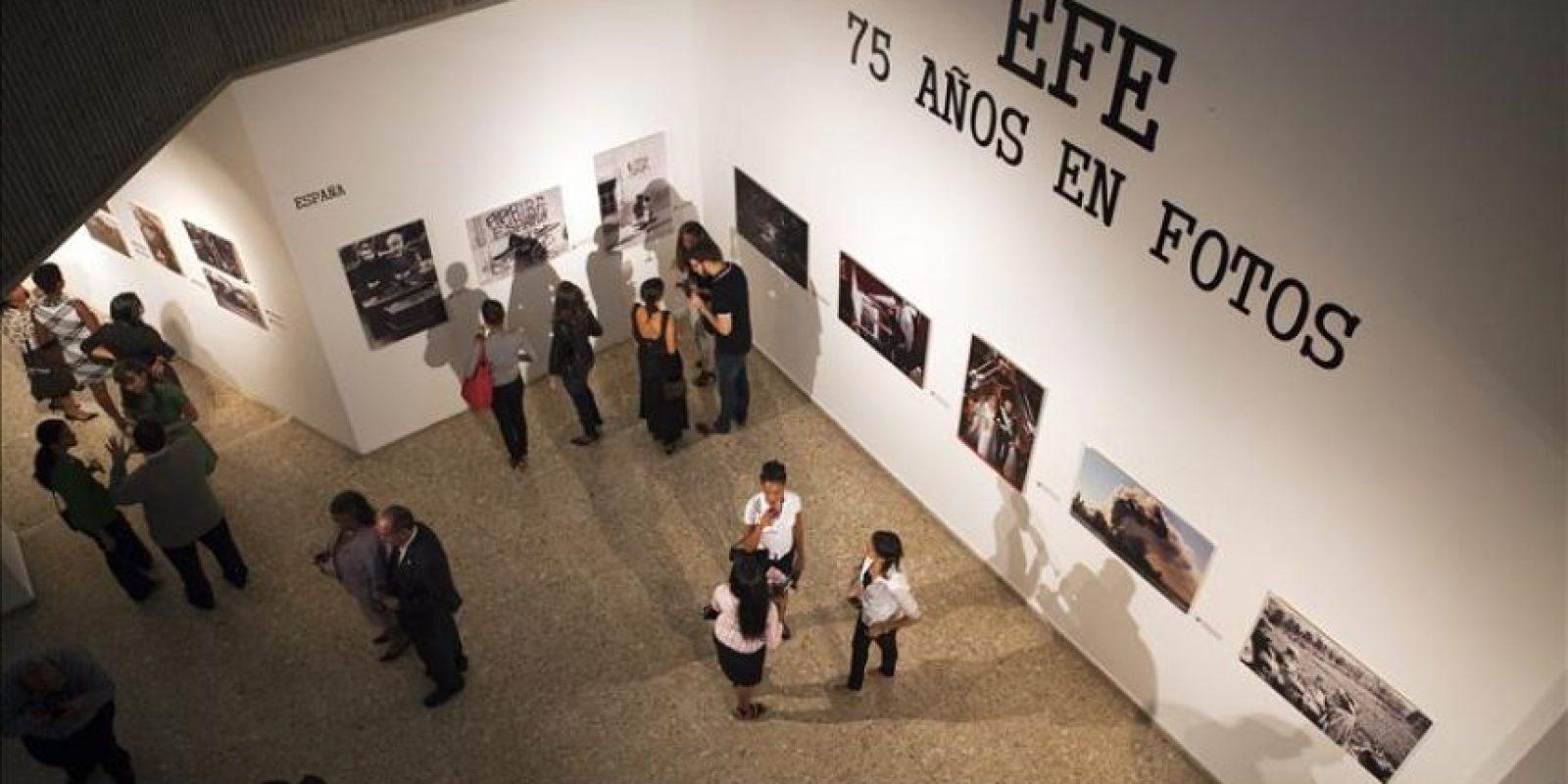 """En la imagen un registro general de la inauguración de la exposición """"EFE: 75 años en fotos"""", en el Museo de Arte Moderno de Santo Domingo (República Dominicana). Con esta muestra fotográfica la Agencia EFE celebra sus 75 años de existencia y hace un recorrido por acontecimientos históricos de España y América Latina. EFE/Orlando Barría"""
