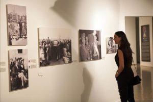 """Una mujer fue registrada durante la inauguración de la exposición """"EFE: 75 años en fotos"""", en el Museo de Arte Moderno de Santo Domingo (República Dominicana). Con esta muestra fotográfica la Agencia EFE celebra sus 75 años de existencia y hace un recorrido por acontecimientos históricos de España y América Latina. EFE/Orlando Barría"""