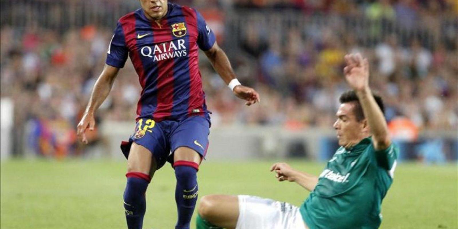 El centrocampista brasileño del FC Barcelona Rafinha Alcántara (i) disputa un balón con el defensa Ignacio González (d), del León de México, durante el partido del trofeo Joan Gamper que se disputó en el Camp Nou. EFE/Archivo