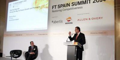 El presidente del Gobierno, Mariano Rajoy (d), en presencia del periodista de Financial Times, Gideon Rachman (i), durante su intervención en la cumbre organizada por el Financial Times, en la que políticos, empresarios y académicos analizan la situación de España y las estrategias necesarias para estimular el crecimiento de la economía española en el futuro. EFE