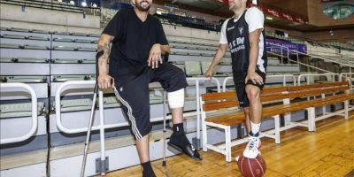 El jugador de baloncesto Vitor Faverani (i) pívot de los Boston Celtics (NBA), que fue operado con éxito del menisco de su rodilla izquierda ayer en el Hospital Mesa del Castillo de Murcia por el doctor del club UCAM Murcia C.B Francisco Martínez, hoy junto a su compatriota Raulzinho Neto. EFE
