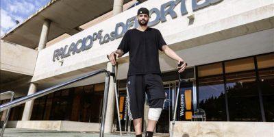 El jugador de baloncesto Vitor Faverani, pívot de los Boston Celtics (NBA), que fue operado con éxito del menisco de su rodilla izquierda ayer en el Hospital Mesa del Castillo de Murcia por el doctor del club UCAM Murcia C.B Francisco Martínez, hoy en el Palacio de los Deportes de Murcia. EFE
