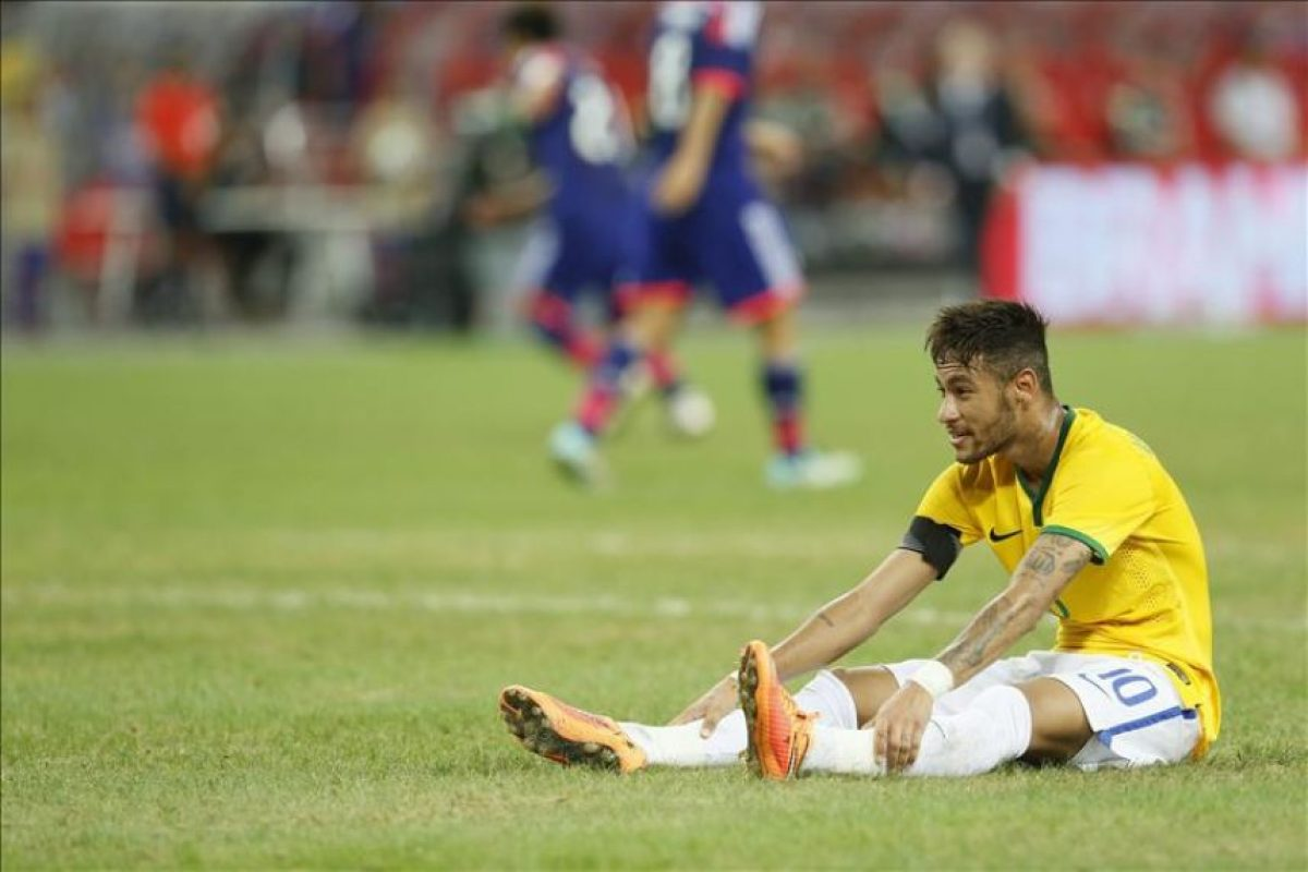 El delantero brasileño Neymar tras una ocasión de gol perdida durante el amistoso contra Japón disputado en el estadio nacional de Singapur, Singapur hoy 14 de octubre de 2014. EFE