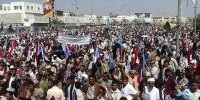 Yemeníes independentistas del sur ondean banderas de la ex República Democrática de Yemen durante una manifestación en contra de la unificación del país en la ciudad portuaria de Aden, Yemen, hoy, martes 14 de octubre de 2014. EFE