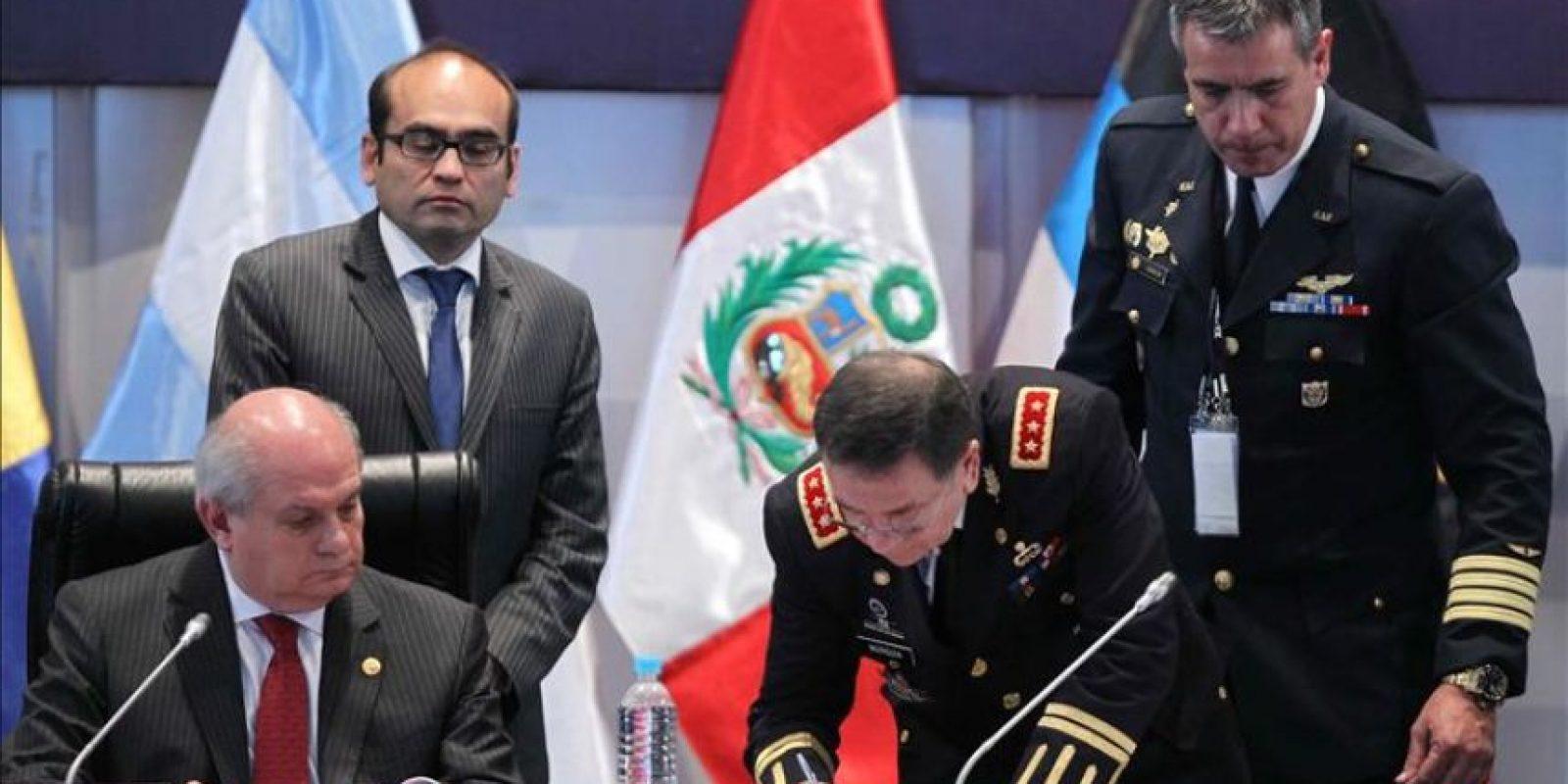El ministro de Defensa de de El Salvador, David Munguía (d), junto a su par peruano, Pedro Cateriano (i), durante la firma de la Declaración de Arequipa, un documento suscrito por los ministros y delegados de los 34 países participantes en la undécima Conferencia de Ministros de Defensa de las Américas (CMDA), en Arequipa (Perú) este 14 de octubre de 2014. EFE