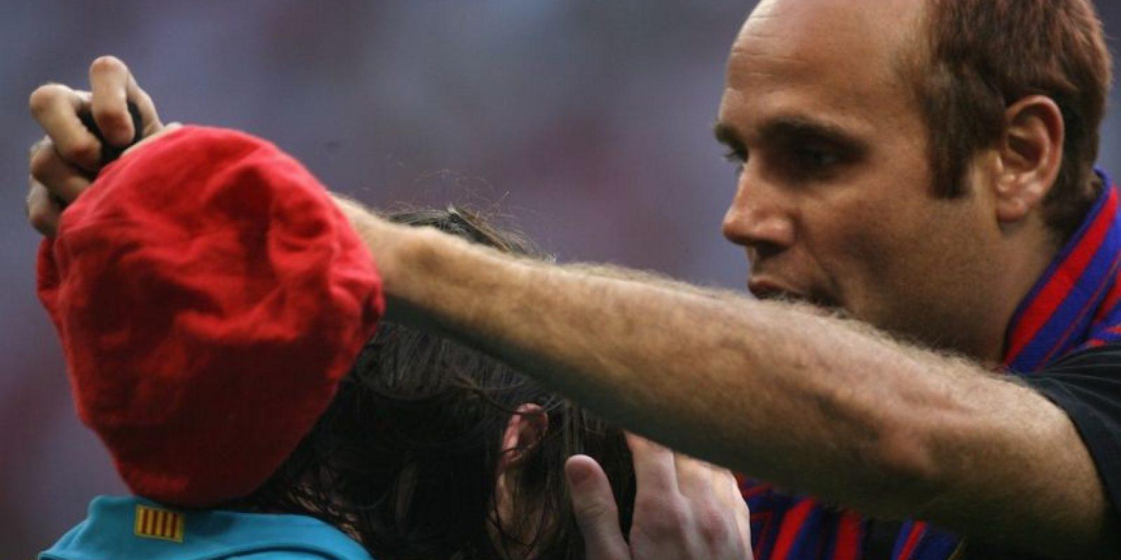 Otros lo abrazan y le tocan el cabello. Foto:Getty Images