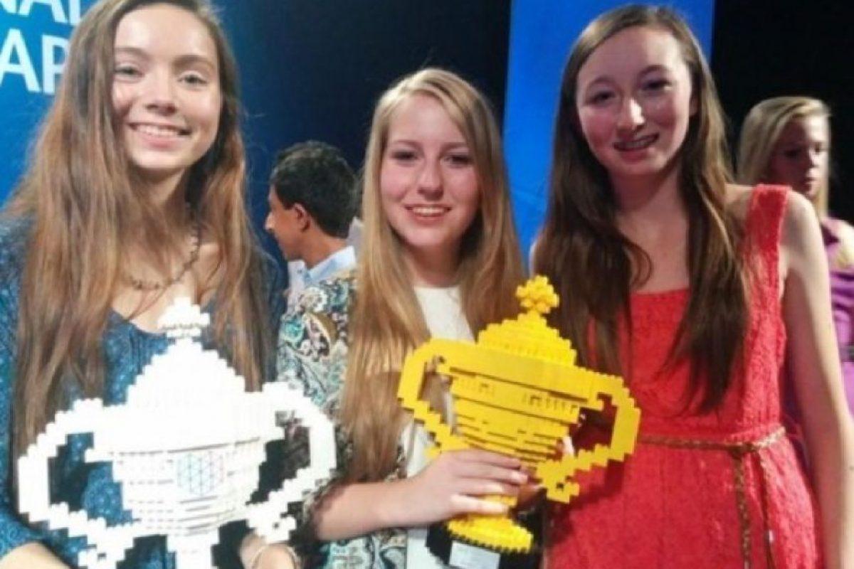 """9. Ciara Judge, Émer Hickey, y Sophie Healy-Thow- Estas tres estudiantes ganaron el primer premio de la """"Feria de Ciencias de Google después de cautivar a los jueces con su descubrimiento: diazótrofo, una bacteria que succiona el nitrógeno de la atmósfera en el suelo, lo que acelera la germinación de los cultivos de cereales como la cebada y la avena y -más importante-el aumento de su rendimiento"""", destacó la revista. Foto:Vía Tumblr/emmerhickey"""