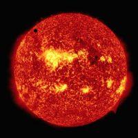 El punto negro de la parte superior izquierda es Venus Foto:Getty Images
