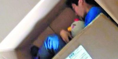 Este chino amaba tanto a su novia que se empacó en una caja y se auto envío. Casi muere asfixiado.