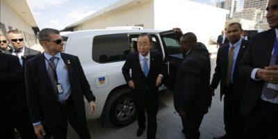 El secretario general de la ONU, Ban Ki-moon (c), durante su visita al puerto de Gaza en la Ciudad de Gaza, hoy, martes 14 de octubre de 2014. EFE