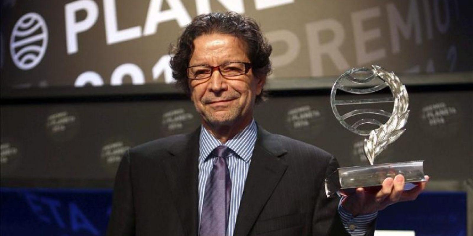 El escritor y periodista mexicano, Jorge Zepeda, tras recibir el trofeo que le acredita como ganador del Premio Planeta, en su 67 Edición, por su obra 'Milena o el fémur más bello del mundo', durante el acto celebrado esta noche en Barcelona. EFE