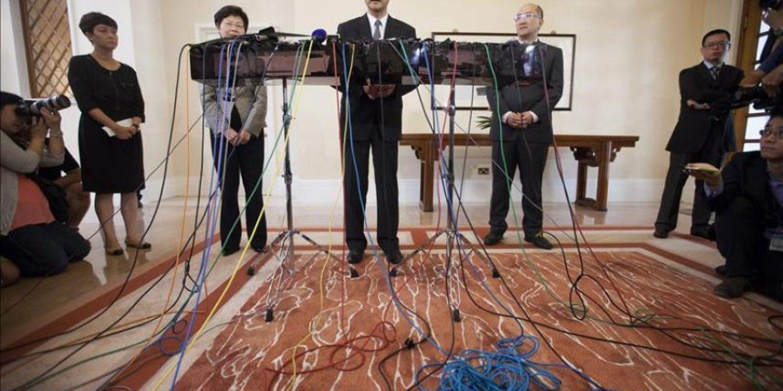 El jefe de administración de Hong Kong, Carrie Lam-yuet ngor (izda), el jefe del Ejecutivo de Hong Kong, Leung Chun-ying (centro), el secretario de Hong Kong para Asuntos Constitucionales y la Zona Continental, Raymond Tam (dcha), ofrecen una rueda de prensa en Hong Kong (China). EFE