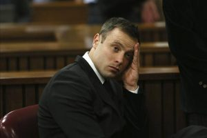 El atleta sudafricano Oscar Pistorius durante el cuarto día de procedimientos antes de que la jueza dicte sentencia contra él por matar a su novia Reeva Steenkamp, en el Tribunal Superior de Pretoria (Sudáfrica), hoy, jueves 16 de octubre de 2014. La pena que le será impuesta podría llegar hasta los quince años de prisión. EFE