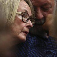 Barry y June Steenkamp, los padres de la modelo muerta Reeva Steenkamp, durante el cuarto día de procedimientos antes de que se dicte sentencia contra el atleta sudafricano Oscar Pistorius por su muerte, en el Tribunal Superior de Pretoria (Sudáfrica), hoy, jueves 16 de octubre de 2014. EFE
