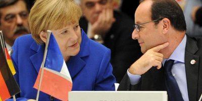 El presidente francés, FranÇois Hollande (d), conversa con la canciller alemana, Angela Merkel, durante la cumbre del foro Asia-Europa (Asem), en Milán, Italia. EFE