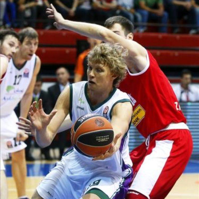 El jugador del Unicaja Málaga, Mindaugas Kuzminskas (izda), pelea por el control del balón con el jugador del Cedevita Zagreb, Luka Babic, durante el partido de la Euroliga disputado en Zagreb, Croacia. EFE