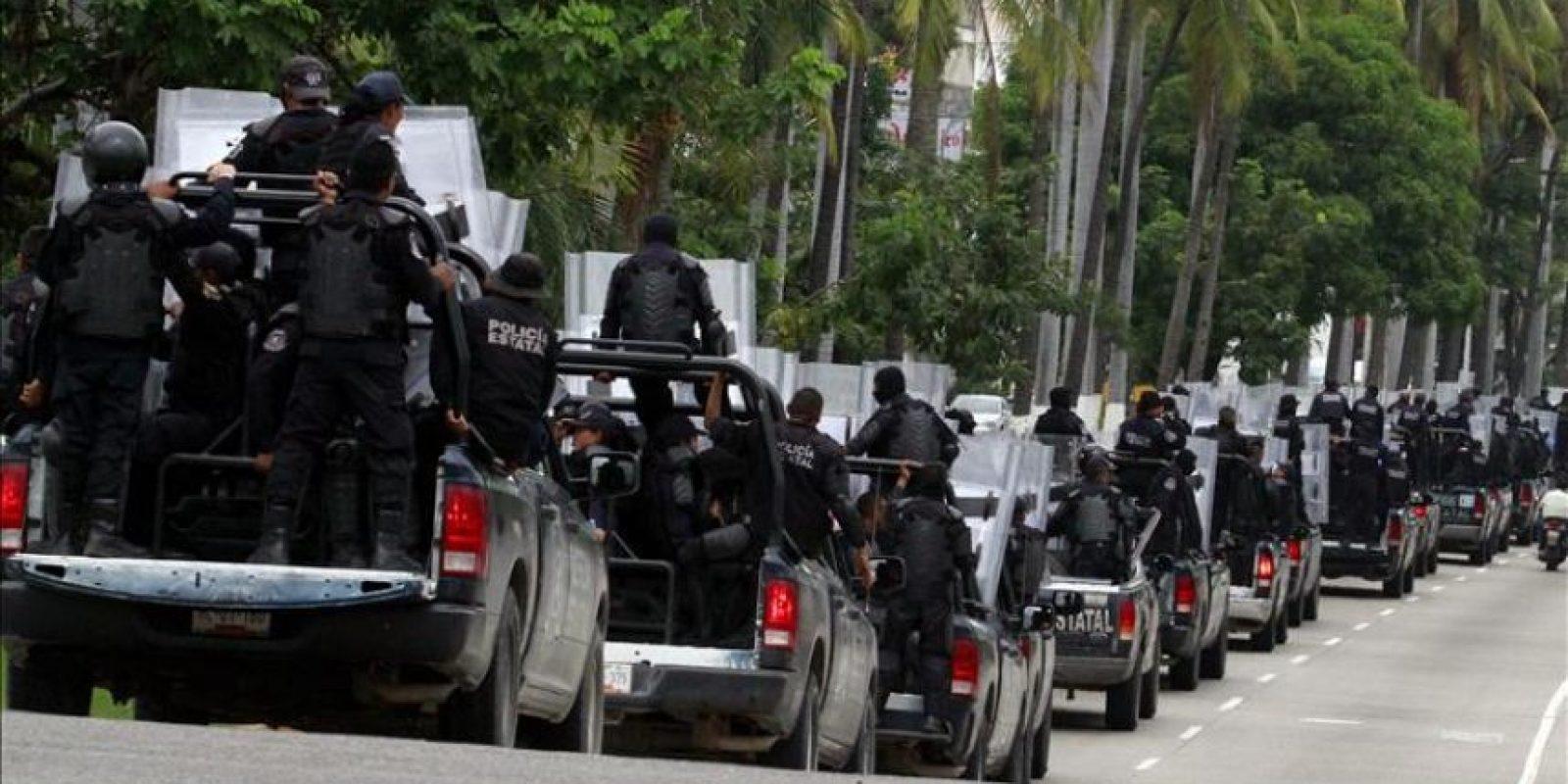 Cientos de policías estatales con miembros de la Policía antimotines ingresan hoy, jueves 16 de octubre de 2014, al puerto de Acapulco como parte de los preparativos para la marcha que se llevará a cabo en esta ciudad mexicana. EFE