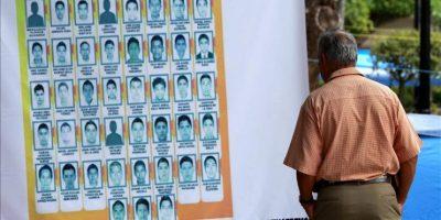 Familiares y compañeros de los 43 estudiantes desaparecidos continúan la toma hoy, miércoles 15 de octubre de 2014, de la alcaldía de la ciudad de Chilpancingo, en el estado de Guerrero (México). EFE