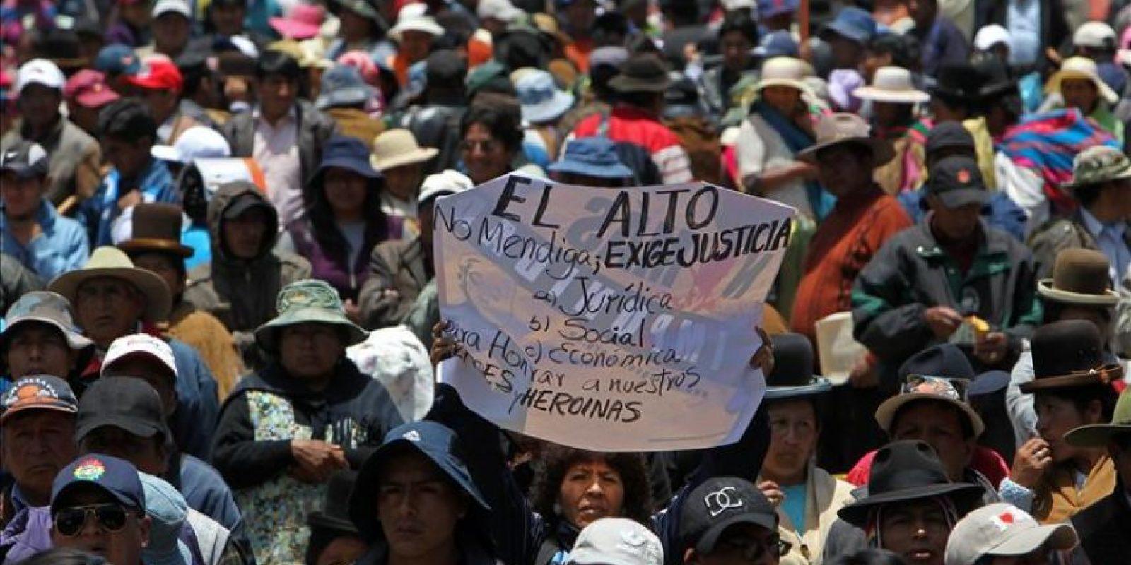 """Mineros bolivianos junto a familiares de los fallecidos y heridos del conocido """"Octubre negro"""", participan en un mitin este 17 de octubre de 2014, en la ciudad de El Alto, vecina de La Paz (Bolivia). EFE"""
