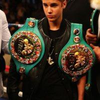 En aquella ocasión, el canadiense tuvo el honor de llevar los cinturones del boxeador. Foto:Getty Images