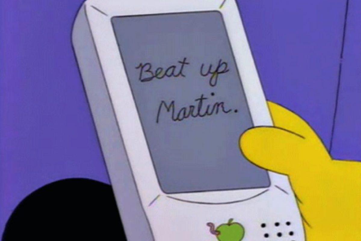 """Inspiran el diseño del iPhone En 1994, Dolph muestra un gadget con una pantalla táctil (y una manzana) en el que escribe """"Beat up Martin"""" y el dispositivo lo cambia por """"Eat Up Martha"""". De acuerdo a Scott Forstall, un antiguo ingeniero de Apple, el chiste """"Eat Up Martha"""" los inspiró para deshacerse de los problemas del iPhone (y las burlas por la falta de teclado físico)."""