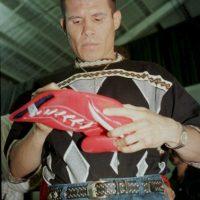 El boxeador mexicano Julio César Chávez, días antes de pelear con el estadounidense Óscar de la Hoya en 1998. Foto:Getty Images