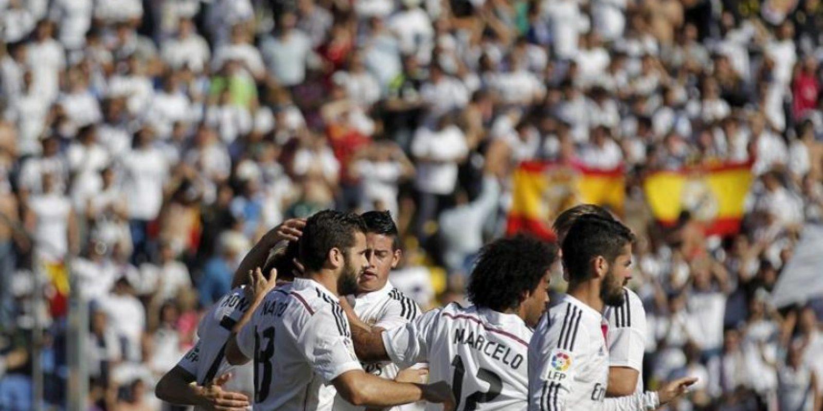 El delantero portugués del Real Madrid, Cristiano Ronaldo (i) recibe las felicitaciones de sus compañeros tras la consecución del primer gol de su equipo ante el Levante UD, durante el partido de la octava jornada de liga en Primera División disputado en el estadio Ciutat de València. EFE